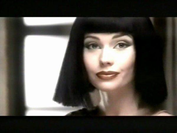 Елена Корикова в черном парике