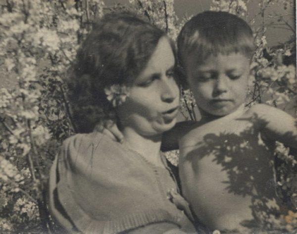 Маленький мальчик на руках мамы