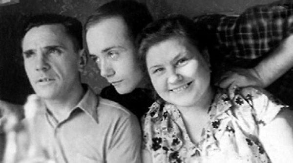 Молодой Куравлев с родителями