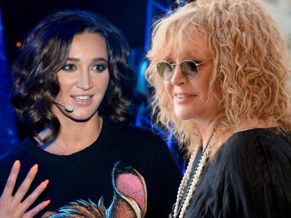 Две женщины смотрят друг на друга