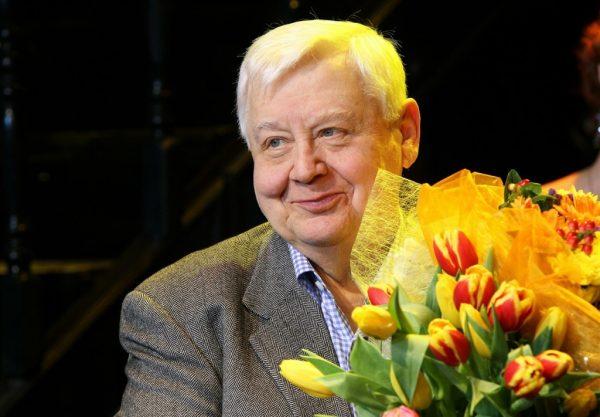 Олег Табаков с букетом цветов