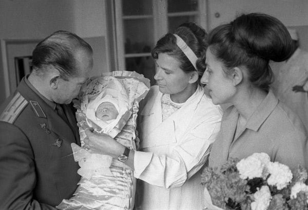 Алексей Леонов на выписке дочки из роддома