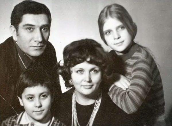 Армен Джигарханян с семьей