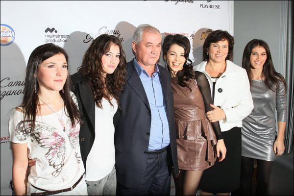 Сати Казанова с семьей