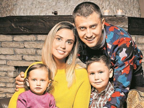 Павел Прилучный с Агатой Муцениеце и детьми