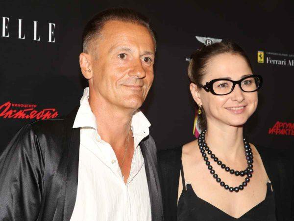 Олег Меньшиков с женой улыбается