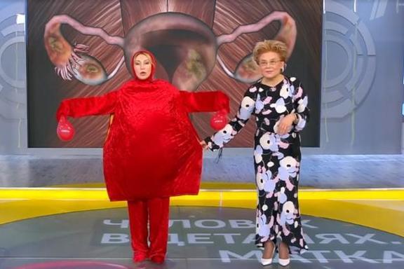Елена Малышева и Светлана Галка в костюме танцующей матки