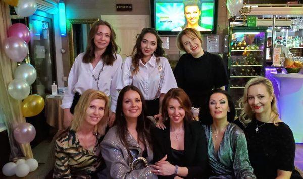 Наталья Сенчукова с подругами на юбилее