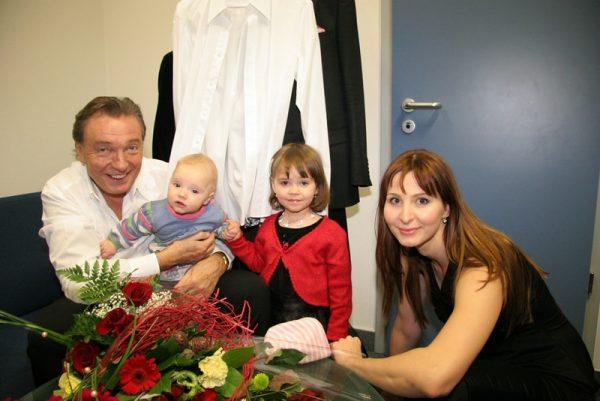 Карел Готт с женой и дочками