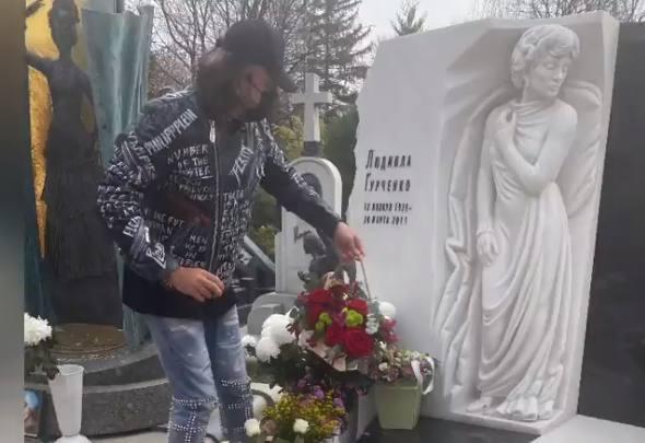Филипп Киркоров на могиле Людмилы Гурченко