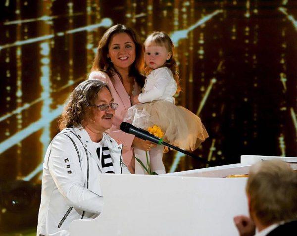 Игорь Николаев с женой Юлией и дочкой