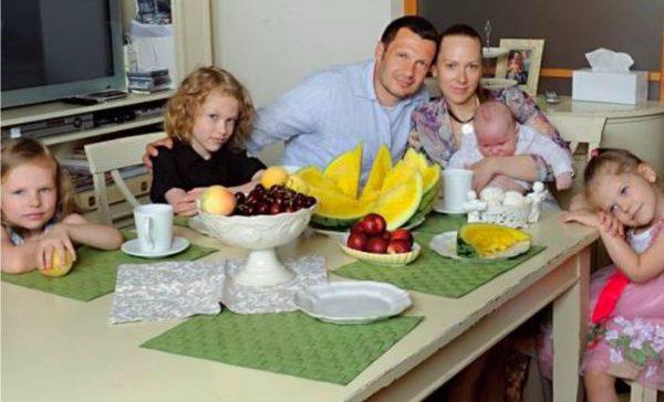 Эльге Сэпп и Владимир Соловьев с детьми,