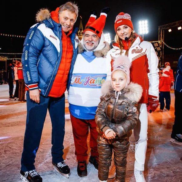 Татьяна Навка с мужем и дочкой на открытии катка