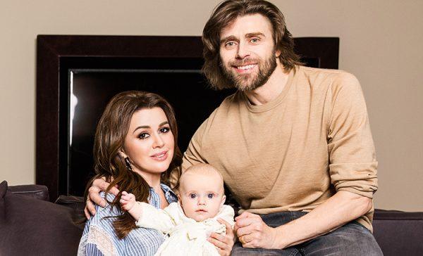 Анастасия Заворотнюк с мужем и дочкой