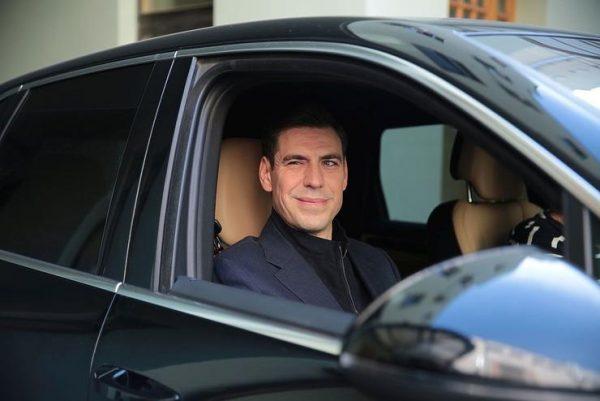 Дмитрий Дюжев в машине