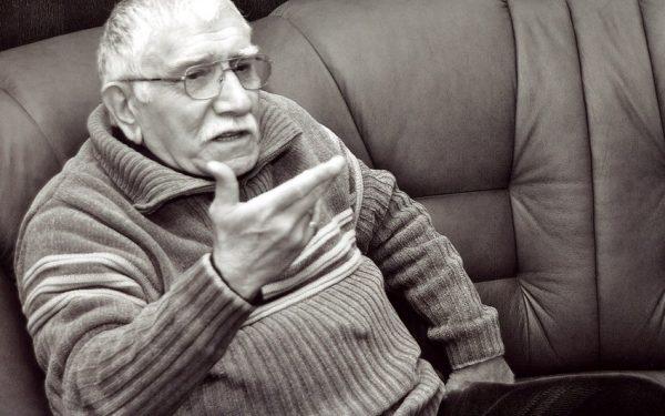 Армен Джигарханян сидит