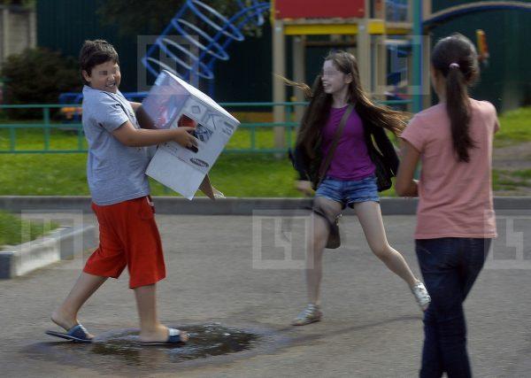 Дети играют на свежем воздухе