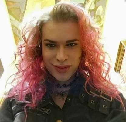 Гоген Солнцев с розовыми волосами
