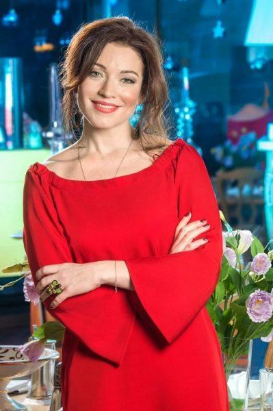 Алена Хмельницкая в красном