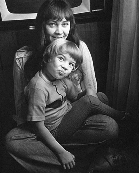 Лариса Лужина сидит с сыном Павлом