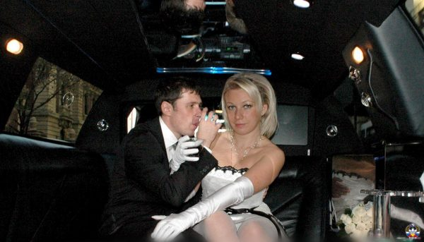 Мария Захарова в лимузине со своим супругом - свадьба