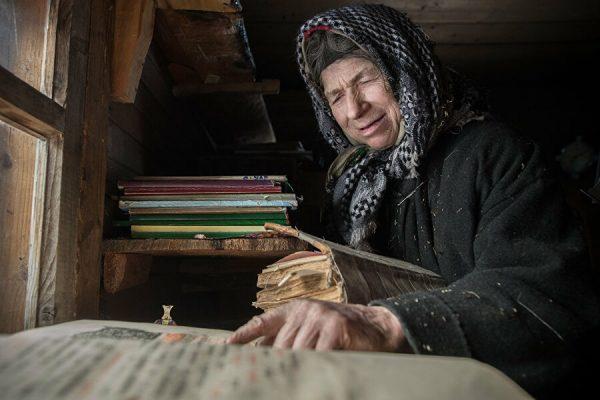 Агафья Лыкова во время молитвы