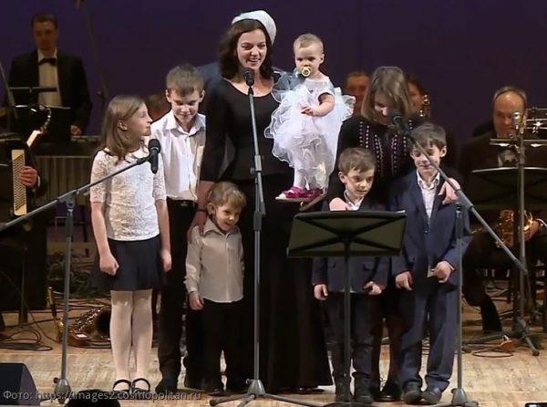 Ирина Леонова с 7 детьми на сцене