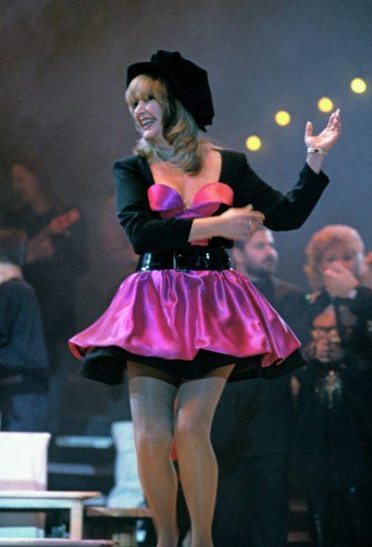 Пугачёва в розовом платье и шляпе