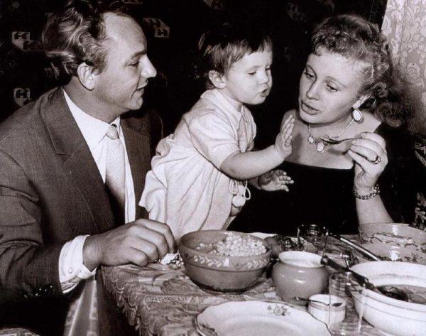 Алла Ларионова и Николай Рыбников с дочерью Ариной