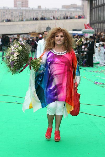 Алла Пугачёва идёт в ярком наряде с цветами