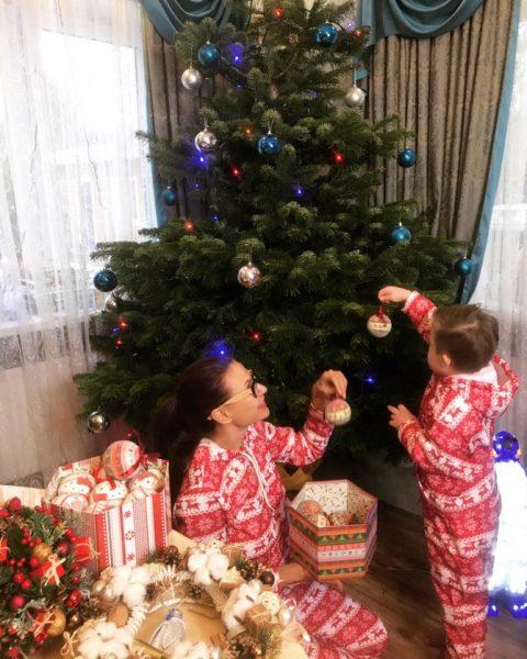Эвелина с сыном украшают ёлку