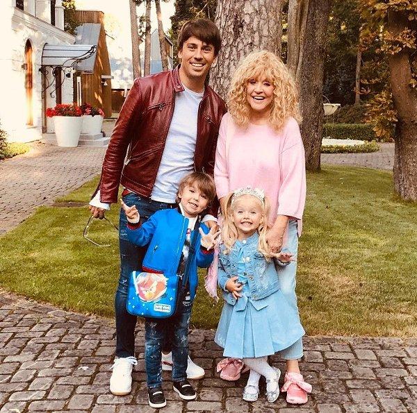 Алла Пугачёва и Максим Галкин стоят с детьми