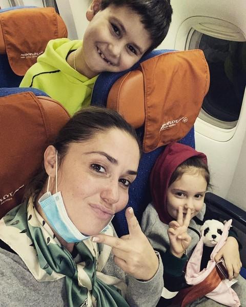 Агата Муцениеце с детьми,