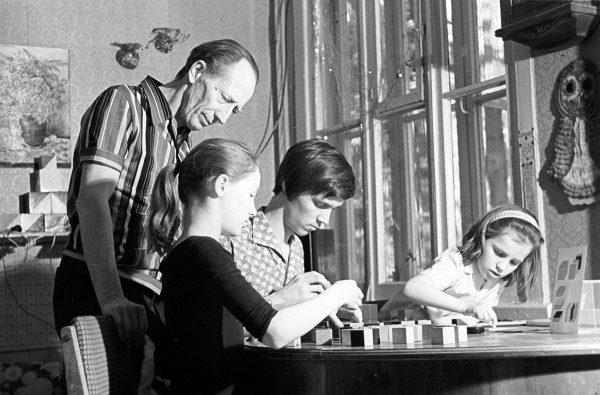 Борис Никитин занимается с детьми за столом