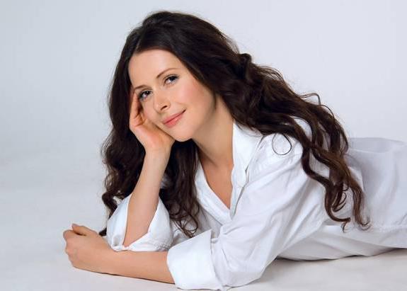 Лидия Арефьева лежит в белой рубашке