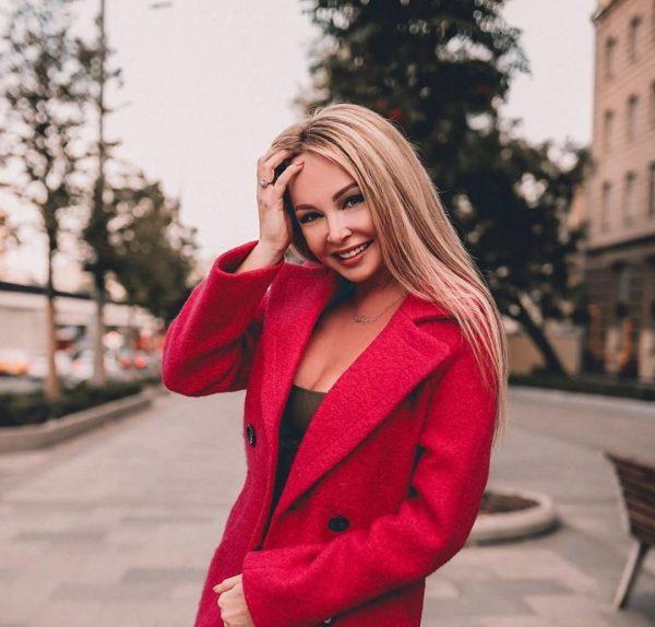 Дарья Пынзарь в розовом пальто