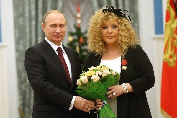 Владимир Путин и Алла Пугачёва с цветами