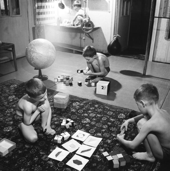 Дети Никитиных играют на полу