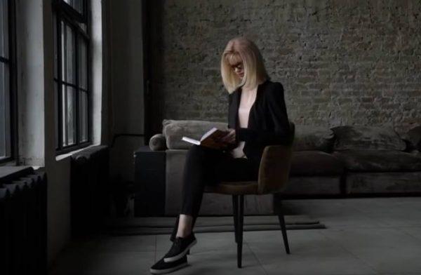 Элеонора Кондратюк с книгой