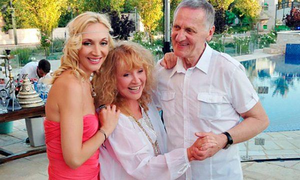 Кристина Орбакайте в обнимку с родителями