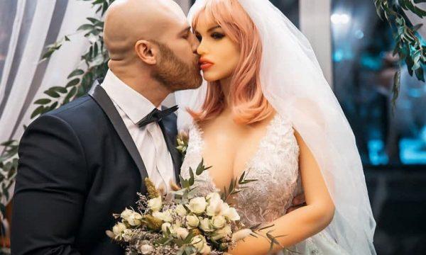 Юрий Толочко с силиконовой невестой