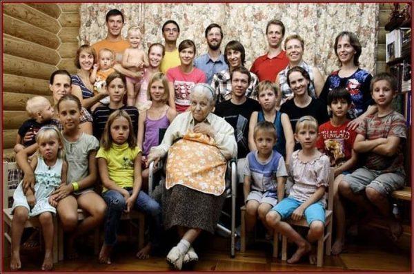 Елена Алексеевна в окружении детей и внуков