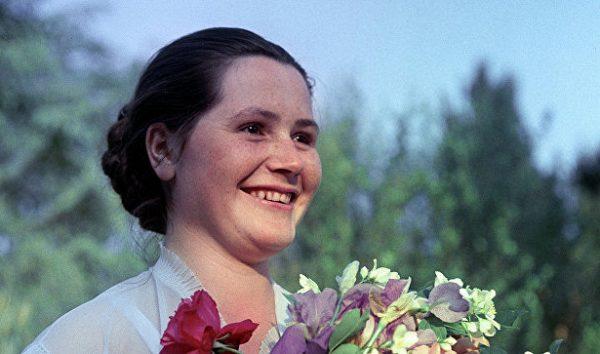 Молодая Валентина Гагарина с цветами