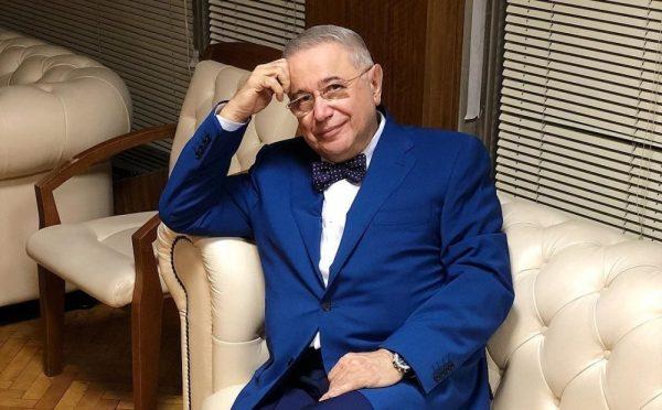 Евгений Петросян сидит на диване