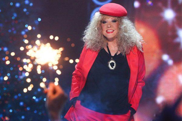 Пугачёва в красной одежде и кепке
