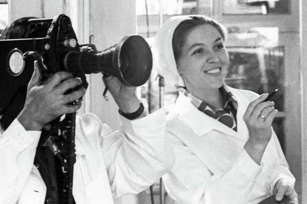 Юлия Белянчикова в белом халате на съёмках шоу
