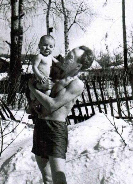 Борис Павлович с маленьким сыном Алексеем