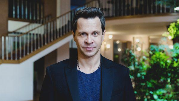 Павел Деревянко в пиджаке