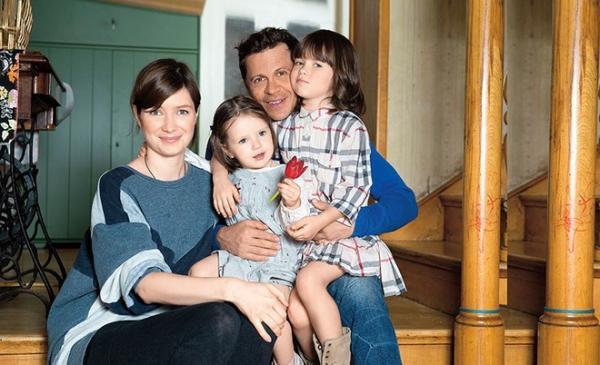 Павел Деревянко и Дарья Мясищева с дочками на лестнице