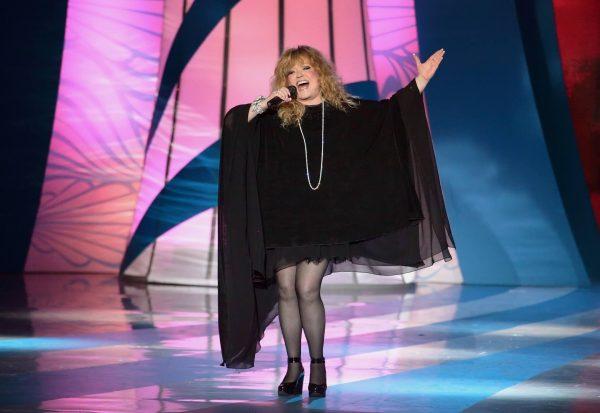 Пугачёва в коротком чёрном платье на сцене